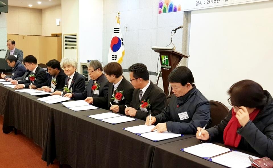 광주시의사회와 9개 시민사회 단체 대표가  이주민 의료지원 협약서에 서명하고 있다.  [사진=광주시의사회 사무처]