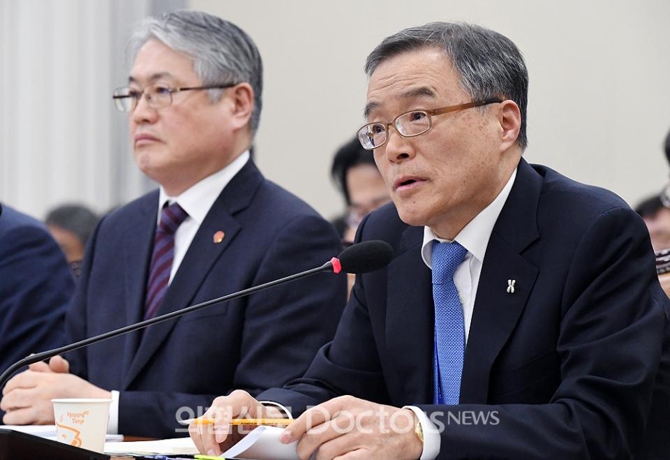 김승택 심평원장이 보건복지위 의원들의 질의에 답하고 있다.ⓒ의협신문