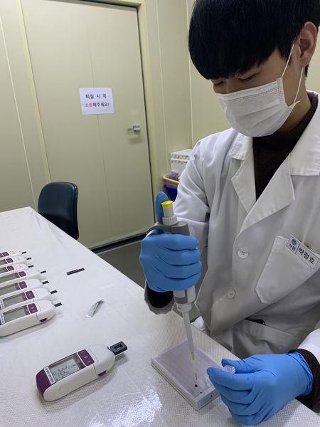 삼일열(Plasmodium vivax) 말라리아는 치료제 처방 전 환자 유전질환을 먼저 스크리닝해야 하는 열대병이다. 환자에게 G6PD(G6PD: Glucose-6-phosphate dehydrogenase) 결핍증을 확인해야 하는 이유는 명확하다. 말라리아 중 전 세계에 가장 널리 분포하는 삼일열 말라리아의 치료제로 쓰이는 프리마퀸과 타페노퀸은 G6PD 결핍증을 앓는 환자에게 급성 용혈성 빈혈을 유발해서 오히려 환자를 더 큰 위험에 빠뜨릴 수 있기 때문이다.